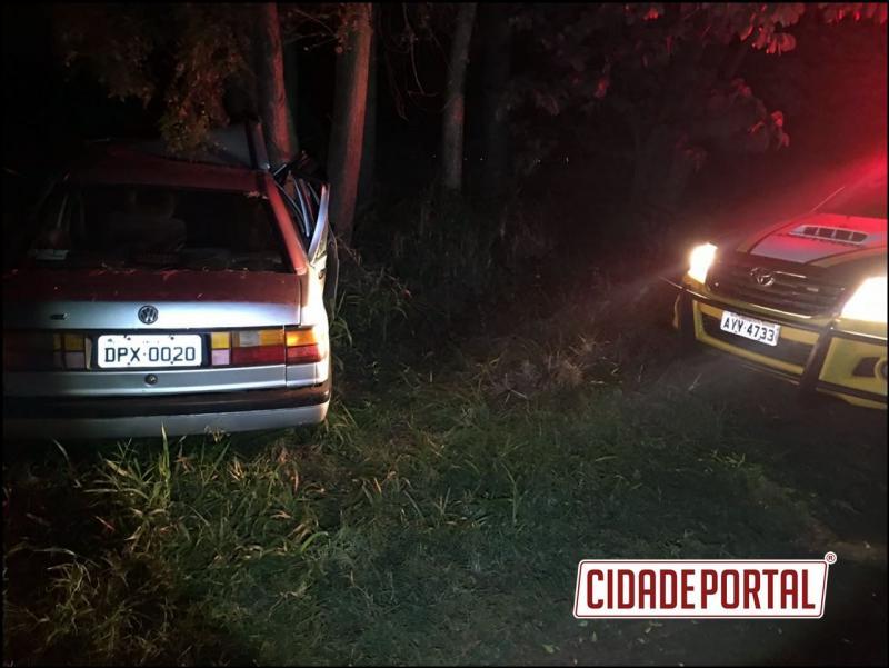 Uma pessoa morre e deixa outras duas feridas em grave colisão contra árvore entre Altônia e Iporã, na PR-490