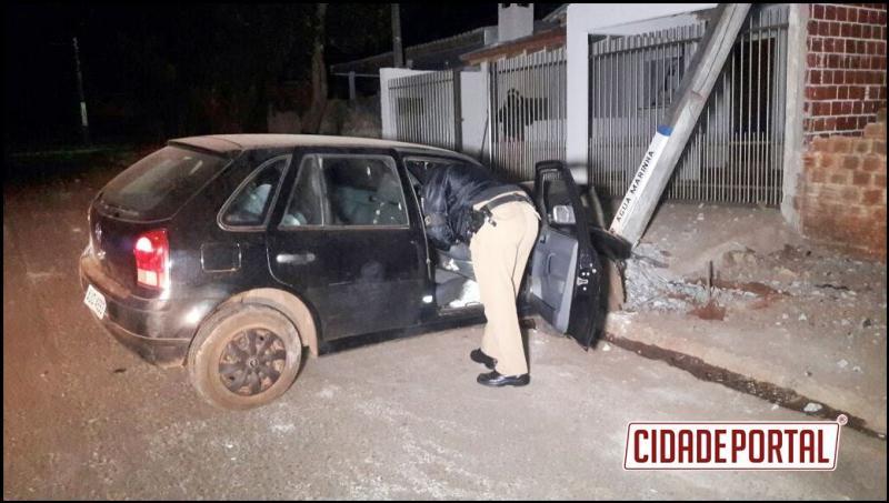 Carro colide contra poste e motorista abandona veículo no Jardim Diamante azul em Campo Mourão