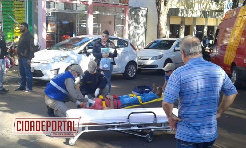 Ciclista sofre acidente após motorista abrir porta de veículo na área central de Campo Mourão