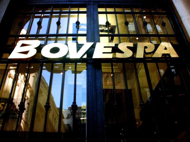 Bovespa fecha em queda de 2% após revés na cena política