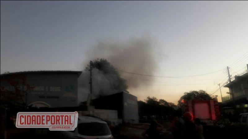 Incêndio destrói residência no Jardim Lar Paraná em Campo Mourão.