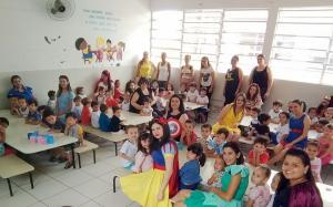 Crianças do CMEI Maria Belizário são surpreendidas por personagens de desenhos e super heróis
