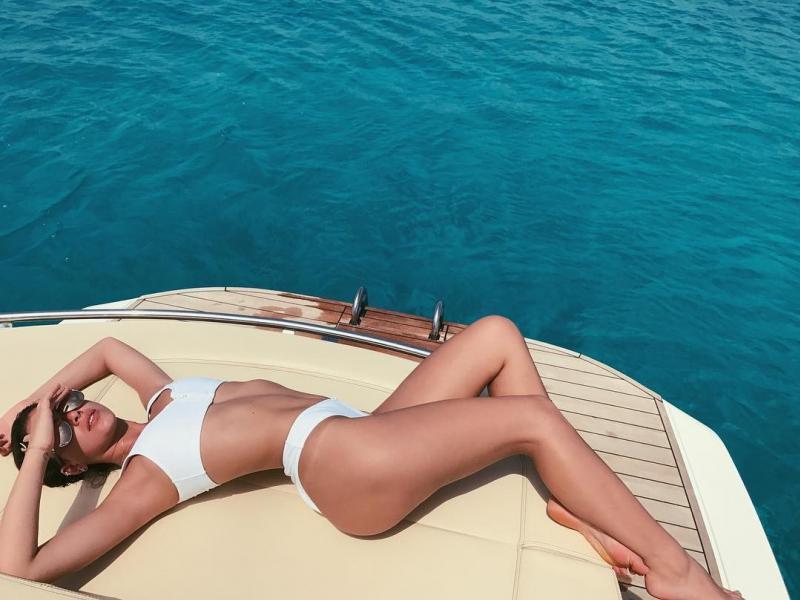 Bruna Marquezine surge linda e exibe corpo escultural em ilha espanhola