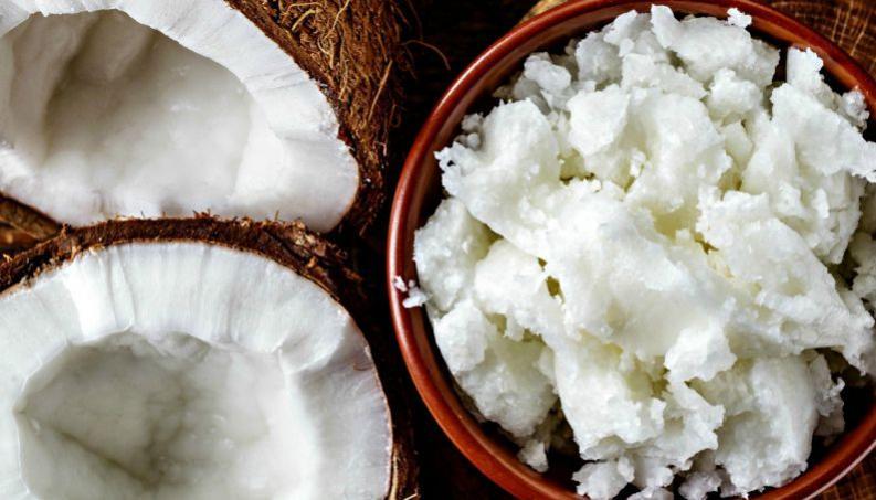 Tudo sobre óleo de coco natural para cabelos e pele: hidrata, nutre e muito mais