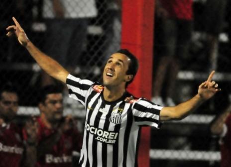 Thiago Ribeiro arranca elogios no Santos e deve ganhar chance