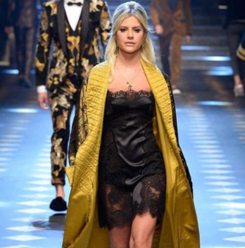 Blogueira brasileira desfila para Dolce & Gabbana em Milão
