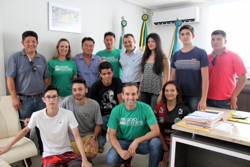 Prefeito Pedro Coelho recebe atletas goioerenses destaques em competições Estaduais e Nacionais
