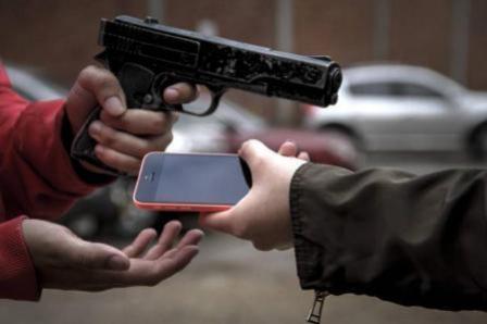 Moradora de Goioerê tem seu celular roubado após retornar da Igreja na Bento Munhoz com Marinho Tavares