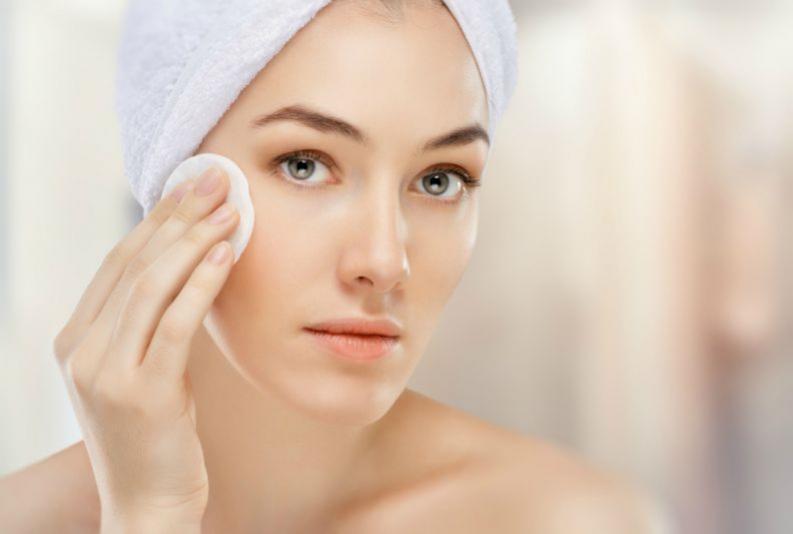 Usar Leite de Rosas para remover maquiagem pode ressecar a pele