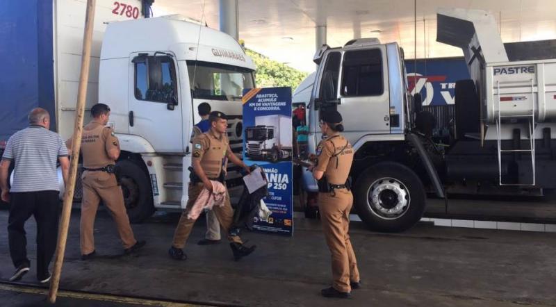 Frentista morre ao ser prensado entre dois caminhões dentro de posto de combustível