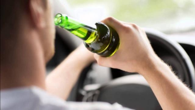 Uma pessoa foi presa pela PM com sinais de embriagues após bater seu veículo em uma lixeira