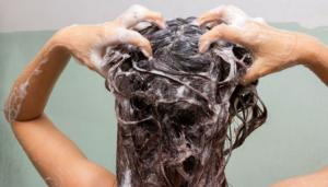 7 jeitos de o vinagre salvar seu cabelo: no enxágue, no condicionador e mais truques