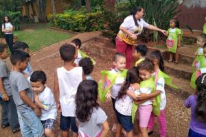 Alunos do CMEI Mundo Encantado visitam crianças venezuelanas e distribuem abraços e gentilezas
