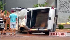 Motorista se perde e capota caminhonete no centro de Assis Chateubriand