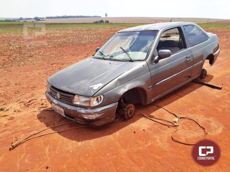 Veículo furtado é encontrado sem as rodas no Jardim Universitário