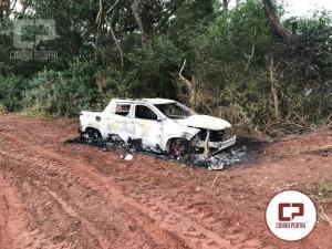 Caminhonete Fiat/Toro tomada de assalto foi encontrada queimada nos fundos da Estrada Barro Preto
