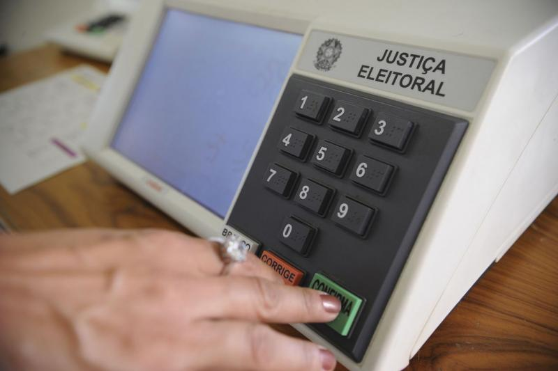 Após diversas denúncias de problemas nas urnas, Justiça Eleitoral convoca reunião para aferição do equipamento