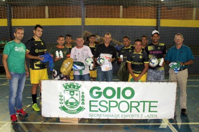 Secretaria de Esporte e Lazer entrega material esportivo para o distrito de Jaracatiá