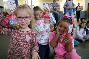 Cerca de 800 crianças dos CMEIs de Goioerê recebem kit com doces em virtude ao Dia das Crianças