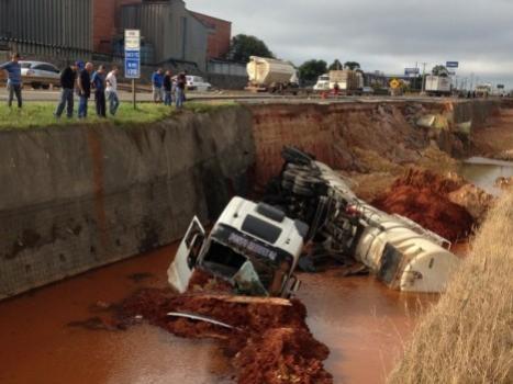 Caminhão-tanque carregado com diesel cai em buraco de obra no Paraná