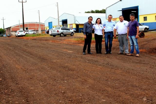 Pedro Coelho visita obra de melhorias em rua de acesso ao Parque Industrial em Goioerê