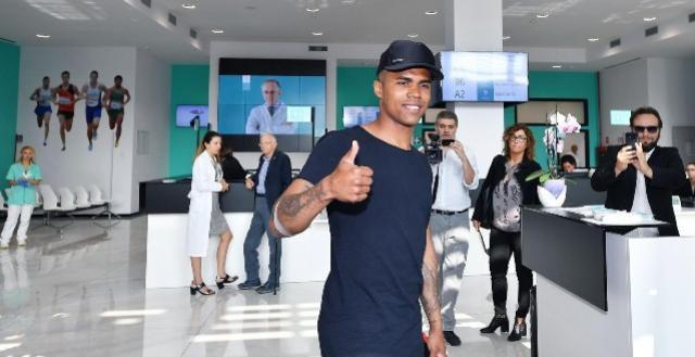 Douglas Costa se apresenta à Juventus