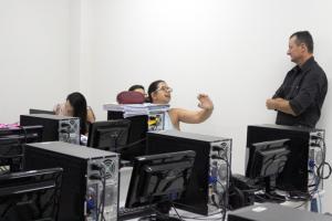 Prefeito Pedro Coelho visita instalações, servidores e tutores no Polo UAB