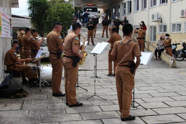Banda da Polícia Militar homenageia profissionais da enfermagem em Curitiba