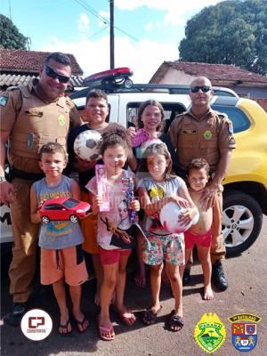 Policiais Militares do 7º BPM entregam brinquedos e doces no Dia das Crianças