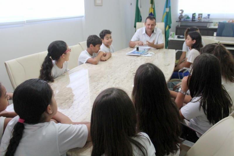 Prefeito Pedro Coelho recebeu e acompanhou alunos da Escola Cecília Meireles em visita ao Paço Municipal