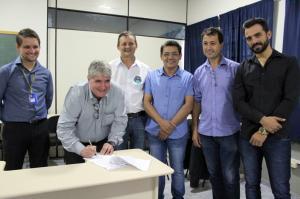 Prefeito Pedro Coelho assina convênio de projeto de informática no Centro Educacional Santa Clara