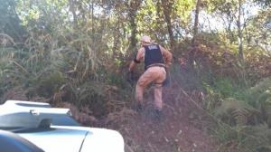 Moto e arma de suspeito de homicídio são encontrados e PM faz buscas em mata