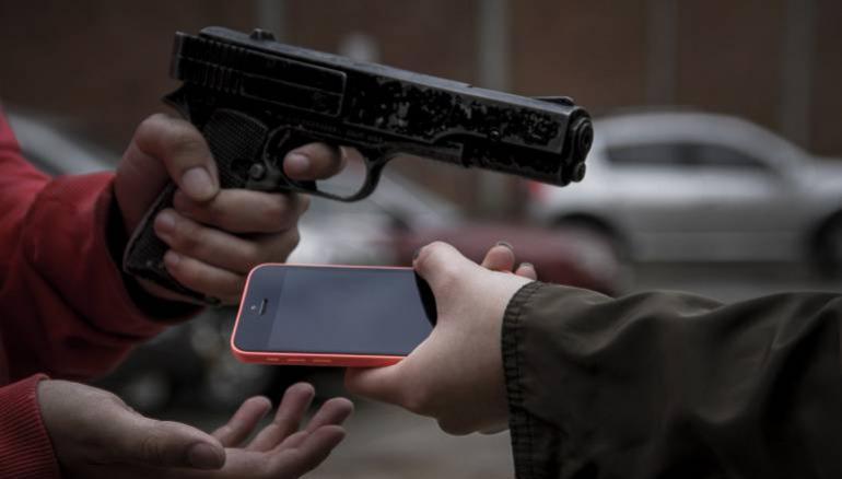 Casal de namorados é assaltado em frente de casa na noite de sexta-feira, 13