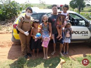 7º BPM realiza entrega de brinquedos e doces no Dia das Crianças