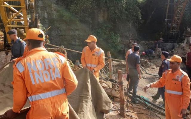 Equipes de resgate tentam encontrar 13 mineiros presos debaixo da terra na Índia