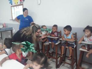 Centro Educacional Santa Clara recebe ovos de chocolate da Cacau Show