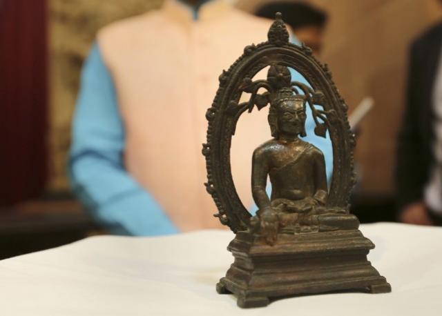Polícia britânica devolve estátua de Buda à Índia 57 anos após roubo