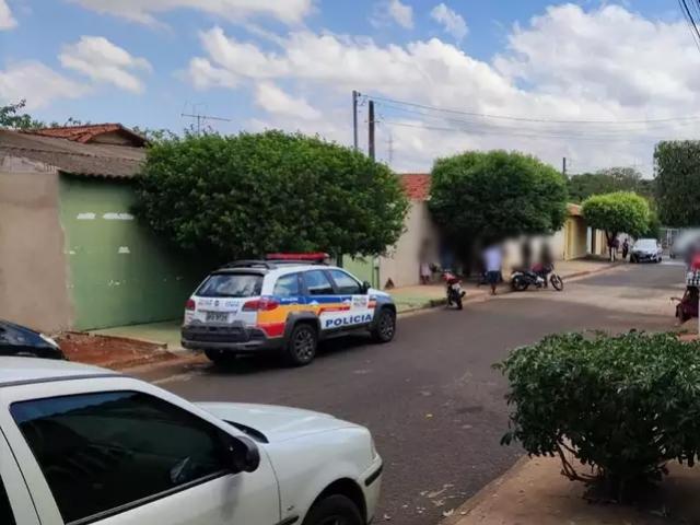 Mãe e filho são encontrados mortos dentro de casa