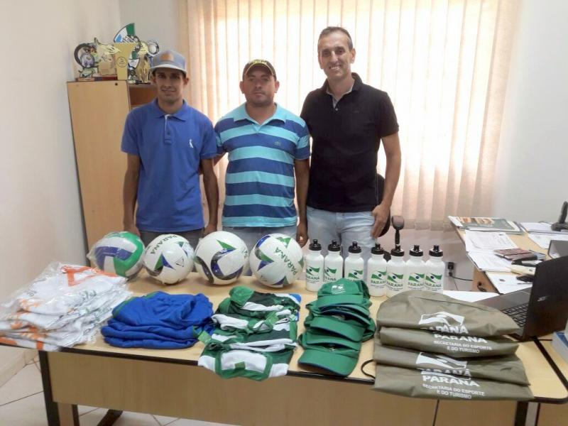 Jardim Galiléia recebe materiais esportivos da Secretaria de Esporte e Lazer