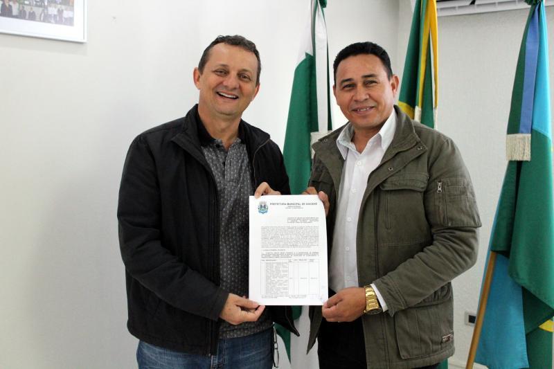 Prefeito Pedro Coelho assina ordem de serviço para extensão de redes elétricas do município