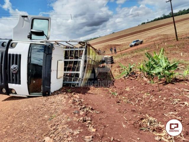 Caminhão tomba no distrito de Bandeirantes do Oeste neste sábado, 16
