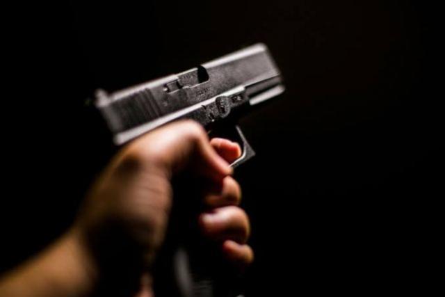 Arma de fogo foi apreendida pela Polícia Militar na Avenida Paraná