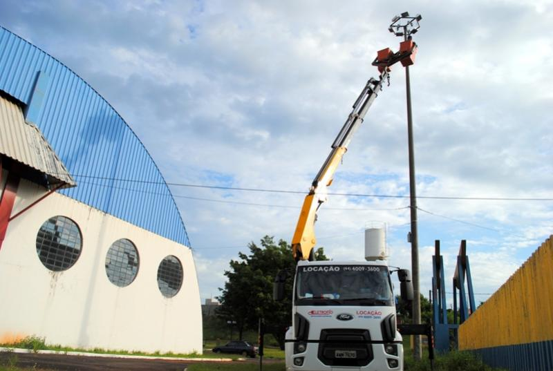 Departamento de Iluminação Pública realiza manutenção em trevos e praças esportivas de Goioerê