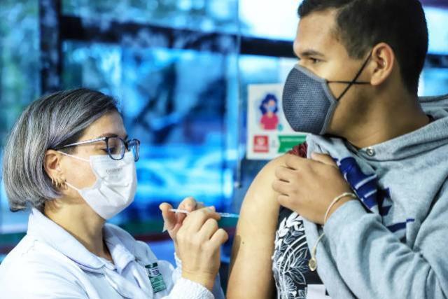 Vacinação contra a Covid-19 avança e Paraná passa de 12 milhões de doses aplicadas