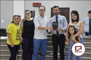Moisés Fabrício entrega Bíblia para o presidente da Câmara durante sessão desta segunda, 16