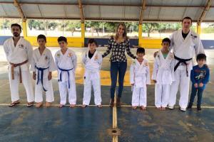 Alunos participantes do projeto Karatê nas Escolas receberam novas faixas de graduação