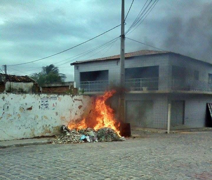 Prefeitura alerta que colocar fogo em lixo é crime