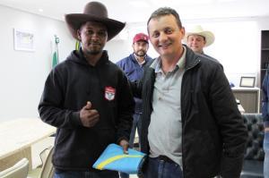 Peão Patrick Rodrigues recebe Bandeira do Prefeito Pedro Coelho para representar Goioerê em Barretos