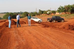 Pedro Coelho visita obra de melhorias na estrada Flor do Oeste