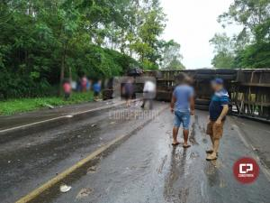 Acidente violento envolvendo uma carreta e dois veículos ceifou a vida de duas pessoas na PR-323